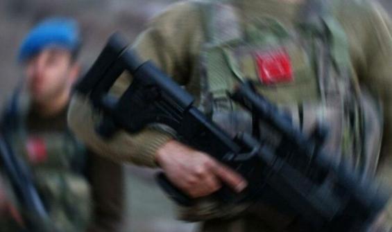Bir astsubay, asker arkadaşını vurup intihar etti