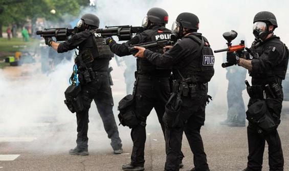 Polis ihbar üzerine gittiği evde tam 90 kişi buldu
