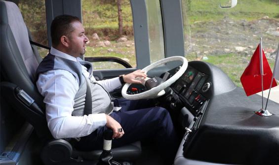 İlçeye otobüs geldi, şoför yok! Direksiyona bakın kim geçti