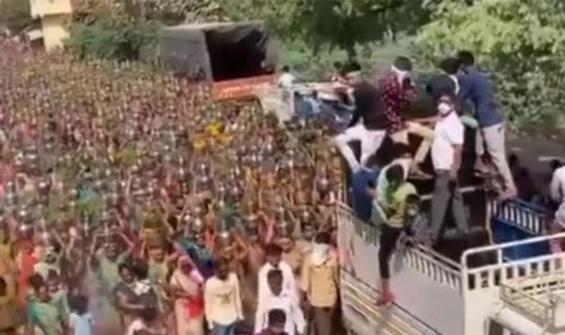 Koronavirüs yokmuşçasına yüzlerce kadın törene katıldı!