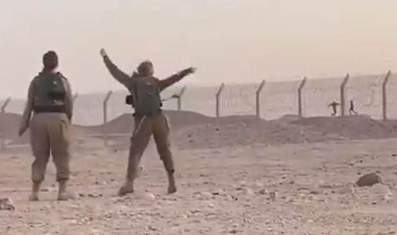 Tel örgüler ardında! Askerlerden karşılıklı dans