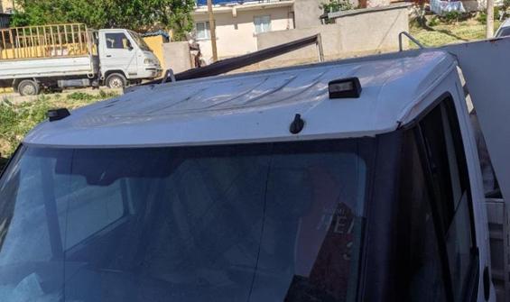 2.5 yaşındaki çocuk 5. kattan kamyonetin üzerine düştü