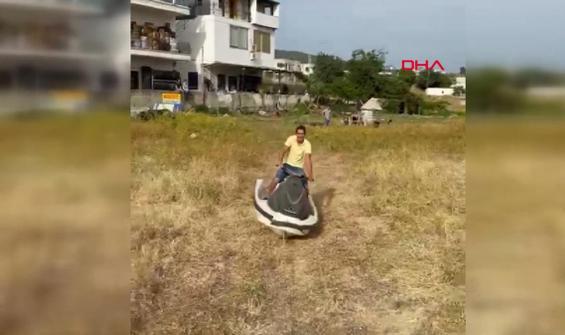 Denize gidemediği için çayırda jet ski kullandı