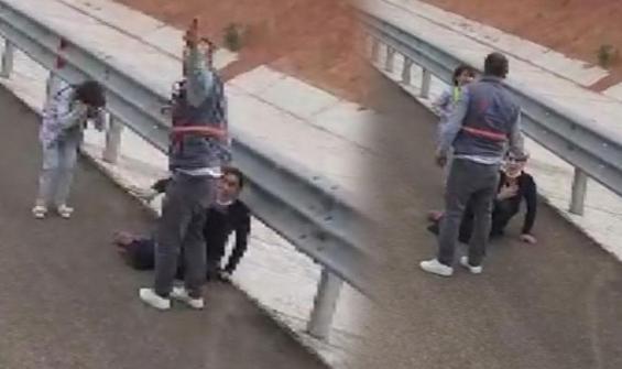 Otoyolda dehşet! Çocuğunun yanında kadını darp etti