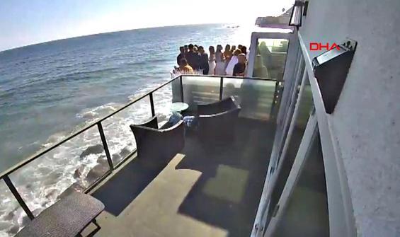 Denize sıfır villanın balkonu eğlence sırasında böyle çöktü!