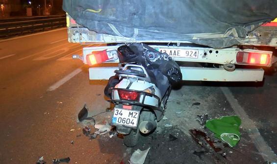 Motosikletlinin feci ölümü! TIR'a ok gibi saplandı