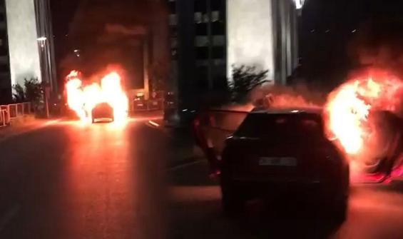Protesto için başkonsolosluk önünde aracını yaktı