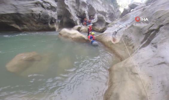 1200 metre derinlikteki kanyonu yüzerek geçtiler