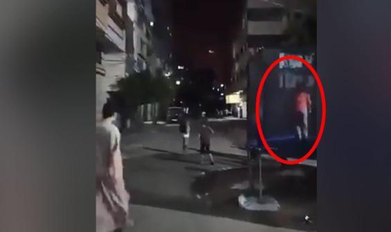 Çocuklar yağan bombalar altında oyun oynadı