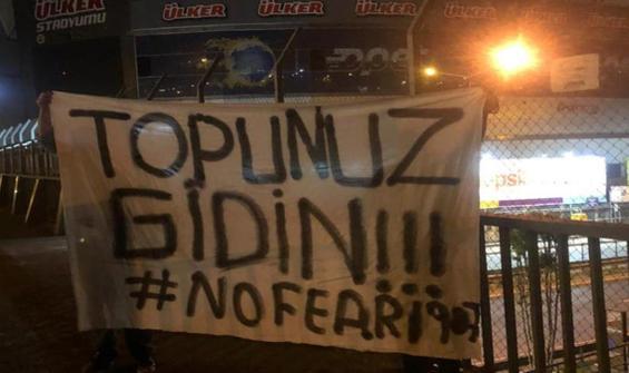 Fenerbahçe Stadı'na tepki pankartı: Topunuz gidin