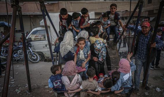 Savaşın gölgesindeki çocukların bayram sevinci