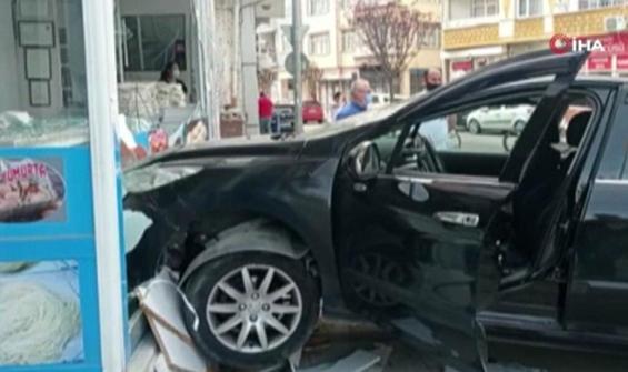 Kontrolden çıkan otomobil yufkacıya daldı