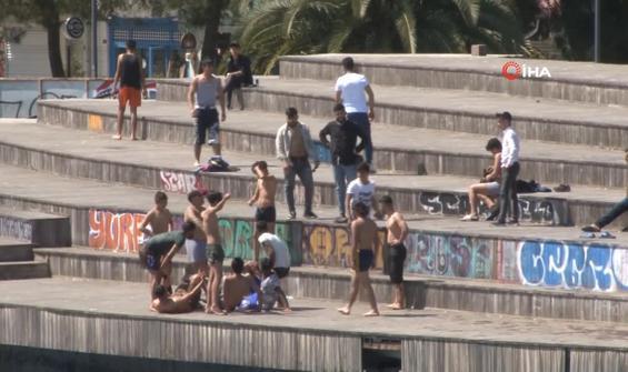 Yasak dinlemeyen gençler Karaköy'de denize atladı