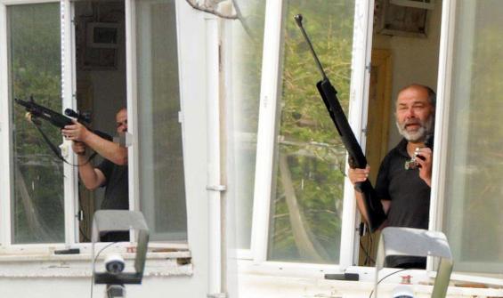 Tüfeği alıp pencereye çıktı, ortalığı birbirine kattı