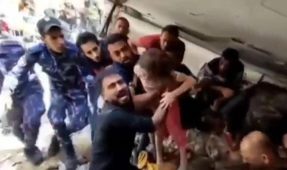 6 yaşındaki Filistinli kız enkazdan böyle çıkarıldı