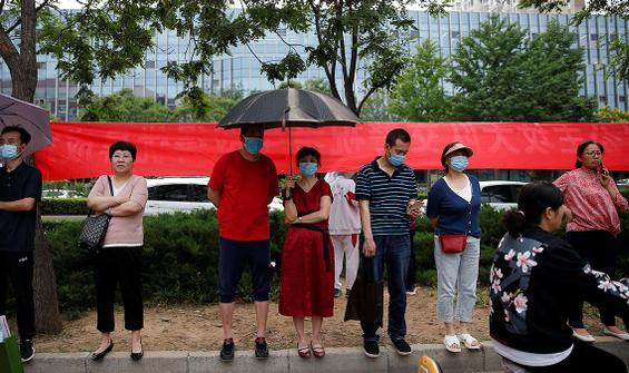 Protestocu öğrenciler dekanı alıkoydu