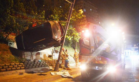 İlginç kaza: Araç, bahçe ile direk arasında kaldı
