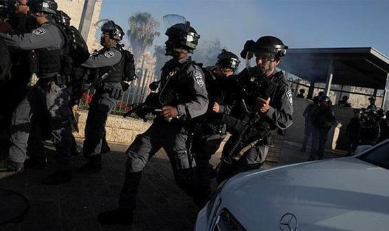 İsrail polisi namaz kılan cemaate saldırdı!