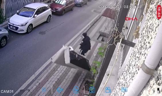 Pencereden attığı kanepe nerdeyse kadının üzerine düşüyordu