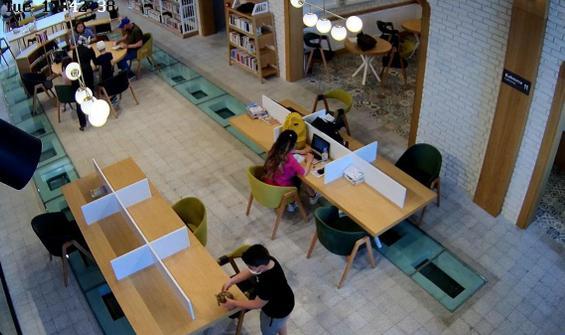 Kütüphanede ilginç görüntü