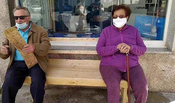 Belediyeye kızan yaşlı adam, eşi için bank yaptı