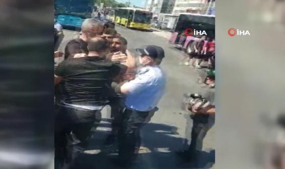 Kadıköy'de gergin anlar! Zabıta ile seyyar satıcı birbirine girdi
