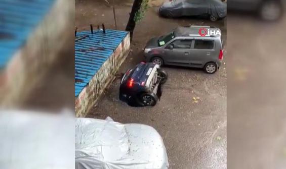 Su dolu çukura saniye saniye gömülen araba kamerada