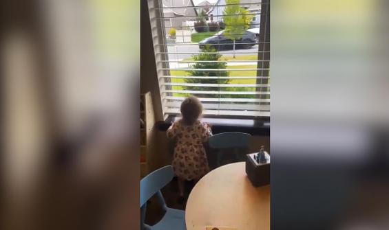 Pencereden babasını gözleyen küçük kızın sevinci kamerada
