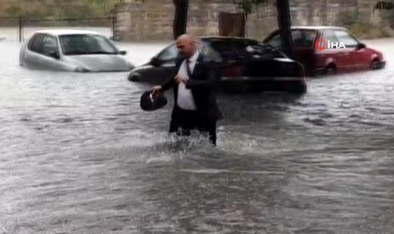 Çantayı kurtarmak için takım elbisesi ile suya daldı