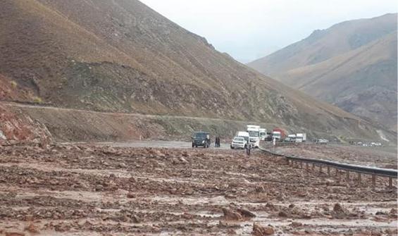 Hakkari-Van karayolunda heyelan, Erciş'te 13 köyde taşkın