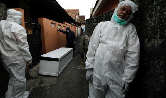 Koronavirüsün yeni merkez üssü: Cesetleri itfaiye topluyor