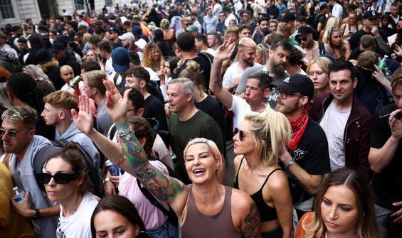 Tüm yasaklar bitti... Başbakan karantinada, halk sokakta!