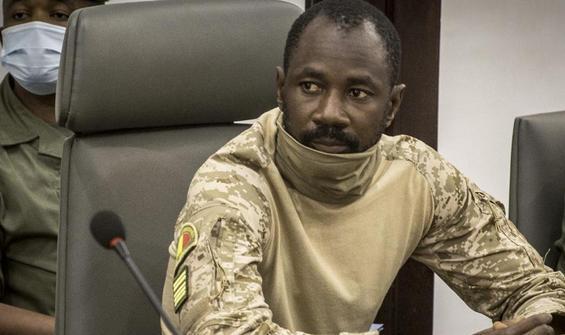 Geçici devlet başkanına camide bıçaklı saldırı