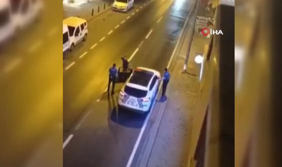 Bıçakla önce annesine sonra polislere saldırdı!