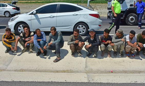 Otomobilin içinden 8, bagajından 2 kaçak göçmen çıktı