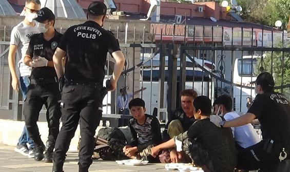 Polis yemek yemelerini bekledi, sonra da gözaltına aldı