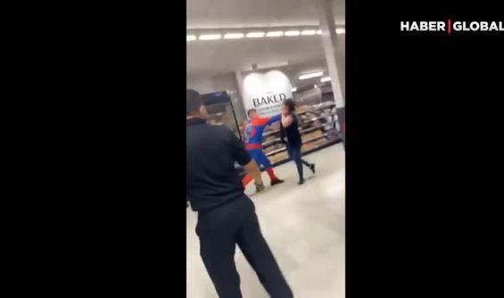 'Örümcek Adam' süpermarkette terör estirdi