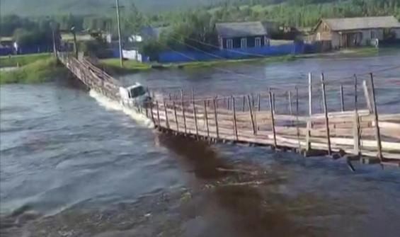 Asma ahşap köprü kamyon geçerken yıkıldı