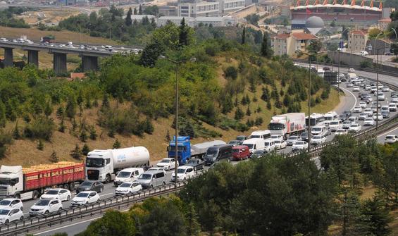 Dönüş yolunda zincirleme kaza! TEM'de trafik kilitlendi