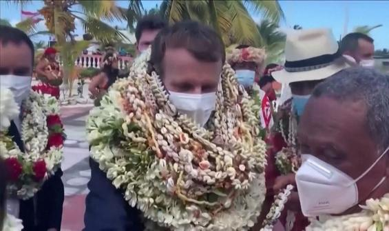 Macron 'yürüyen çiçek' oldu