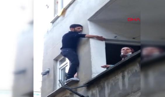 Ev sahibini gören hırsız camda mahsur kaldı