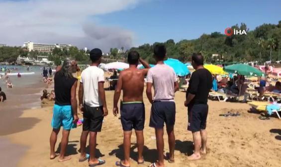Manavgat'taki yangını sahilden izlediler