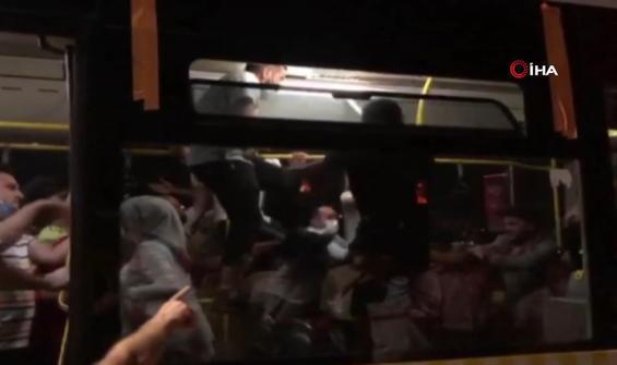 Otobüs direklerine tırmanıp tekmelerle 'maske'yi tartıştılar