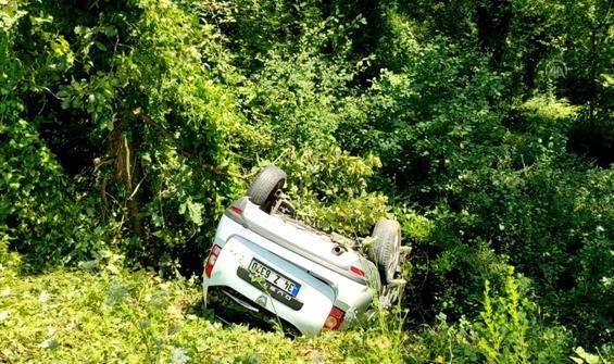 Virajı alamayan otomobil ormanlık alana uçtu