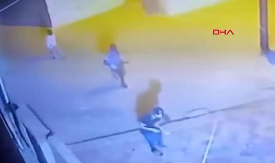 Polis karakoluna patlayıcı atanlar kamerada