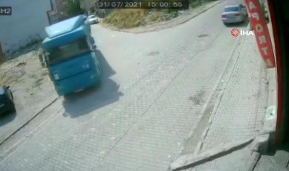 Park halindeki kamyon bir anda dükkana daldı