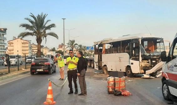 Antalya'da tur midibüsü kaza yaptı: 3 öldü, 16 yaralı