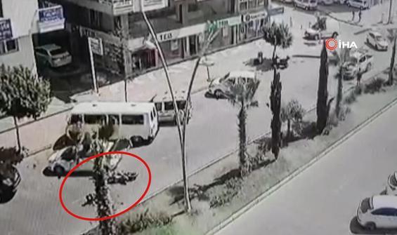 Kontrolsüz yola çıkan otomobil kasksız motosikletliye çarptı