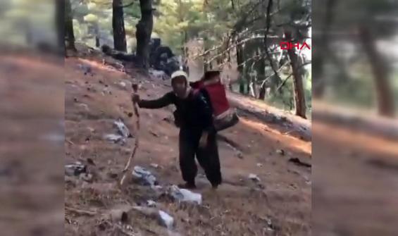 Yangınla mücadele eden ekiplere yaşlı kadın sırtında erzak taşıdı