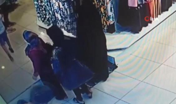 Mağazada alışveriş yapan kadının cüzdanını böyle çaldılar